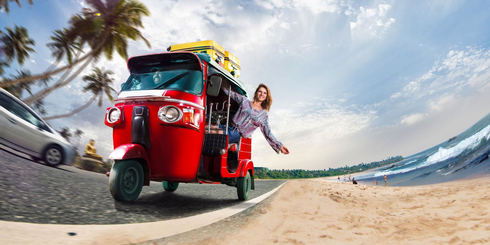 Otétuktuk Île de La Réunion touriste heureuse qui se balade au bord de mer à Saint-Gilles